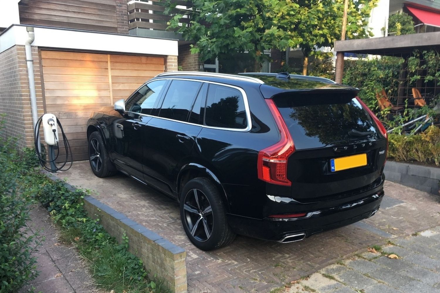 ChargeMakers-Laadpaal-Zakelijk-NewMotion-XC90-after